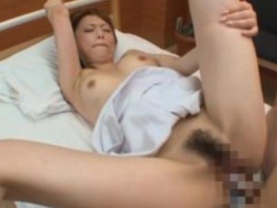 病院にて、コスプレのナース、吉沢明歩出演のH無料エロ動画。病院の個室ベッドでHしよ!