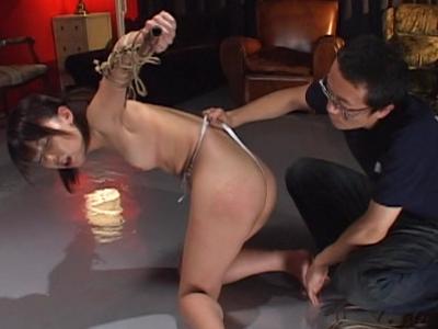 縛り無料エロ動画。竹竿に縛り付けられてお尻が真っ赤になるまで叩かれて感じるガチなマゾ女の調教プレイ