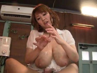 爆乳の人妻の手コキ無料エロ動画。爆乳人妻が白い母乳を絞りながらパイズリと手コキをしてくれる
