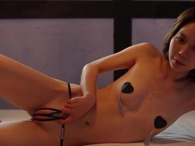 水着の熟女の無料エロ動画。ガリガリの妖艶な熟女がパイパンおまんこに食い込んだ水着を着てめちゃくちゃ誘惑してくるんだがwww